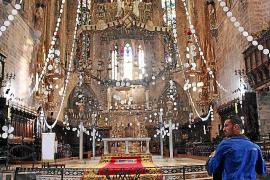 """Hoch hinaus: Schon am Dienstag konnten Touristen die """"Neules""""-Girlanden in der Kathedrale bestaunen."""