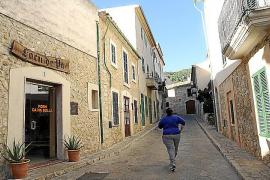 Ein kleiner Bäckerladen passt sich in eine der Gassen in Mancor de la Vall auf Mallorca ein. Nur eine Handvoll Geschäfte gibt es