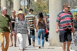 Urlauber an der Playa de Palma. In der kommenden Saison dürfte für sie die Übernachtungssteuer fällig werden.