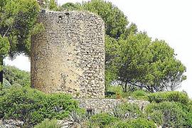 ... verliert der Turm in Portals Vells langsam aber sicher seinen Putz.