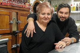 Lorenzo Giménez hilft seinen Eltern in der Bar Ca Na Pereta in Sa Casa Blanca aus.