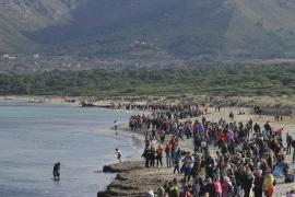 Es bildete sich eine Menschenkette von zwei Kilometern Länge an dem Strand