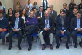 Die Angeklagten. Cristina de Borbón sitzt in der dritten Reihe ganz links.