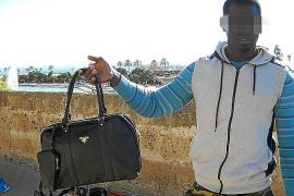 Für diese gefälschte Prada-Tasche verlangt der Verkäufer 30 Euro