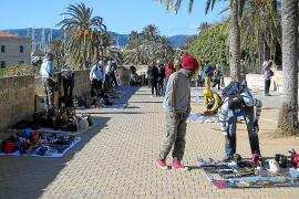 Auf der Stadtmauer von Palma sind viele Straßenhändler anzutreffen