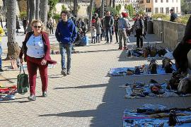 Die fliegenden Händler warten auf den Ansturm der Winter-Kreuzfahrt-Touristen