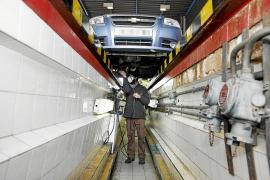 Wie auch beim deutschen TÜV untersucht ein Mitarbeiter des spanischen Equivalents ITV den Unterboden eines Fahrzeugs