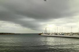 Schwere Regenwolken hingen am Freitagmorgen über der Cala Gamba
