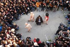 """In Manacor im Osten von Mallorca wohnten tausende Feierwillige dem Festspiel """"Ball de la Sala"""" von Sant Antoni bei."""