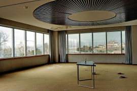 Diese Aufnahme zeigt den Blick aus einem leerstehenden Bürogebäude auf die Kathedrale von Palma