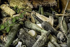 Ein Blick für Details: Wie lange diese Flaschen in einer alten Brennerei schon liegen, wissen nur Eingeweihte
