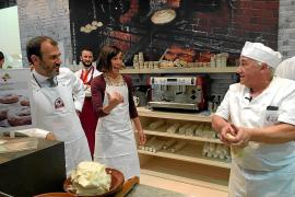 Tourismusminister Biel Barceló und seine Generalsekretärin Pilar Carbonell mit Ensaimada-Bäcker Luis Brunet bei der Fitur in Mad