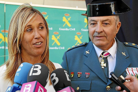 Die Delegierte der spanischen Zentralregierung auf den Balearen, Teresa Palmer, mit dem Oberst der Guardia Civil, Jaume Barceló.