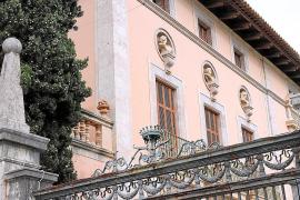 Der Ayamans-Palast (in Privatbesitz) prägt das Zentrum des Dorfes. Es gibt Pläne für eine Reha-Klinik.