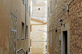 Mitunter enge Gassen sowie Häuser und Straßen, die mit Natursteinen verkleidet beziehungsweise ausgelegt sind - das ist Lloseta.
