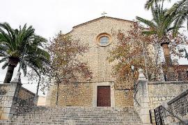 Die Kirche neben dem Ayamans-Palast stellt mit ihrem Vorplatz das Zentrum des Dorfes.