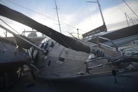 Ein 20 Meter langes Segelboot ist in Port d'Andratx im Südwesten von Mallorca vom Sturm auf anliegende Seegefährte gedrückt word