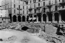 Beim Bau der Tiefgaragen unter der Plaça Major in den 1970er Jahren kam beim Aushub auch der bereits stillgelegte Bahntunnel zum