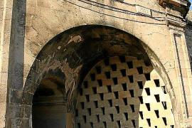 Hier fuhr der Zug: In der Stadtmauer am Parc de la Mar ist die Öffnung des Tunnels noch heute zu sehen.