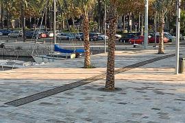 An der Hafenmole erinnert ein kurzer Schienenstrang an die Gleise der Hafenbahn, die früher an der Stelle dort zu finden waren.