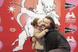 Vater Alberto bekommt von Töchterchen Alejandra einen Kuss.