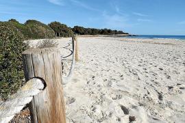 Der Strand von Sa Coma im Osten von Mallorca mündet in die Punta de n'Amer.