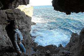 Wer der Küste folgt, gelang an eine der ehemaligen Schmuggler-Höhlen von Mallorca.