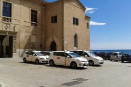 Arca gegen Taxis vor der Kathedrale