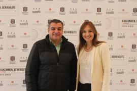 Der Bürgermeister von Andratx, Jaume Porsell, und die Leiterin des CCA, Mercedes Korzeniowski.