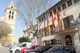 Das neuralgische Zentrum von Sencelles wird von Kirche, Rathaus (r.) und der Bar Ca'n Paris (nicht im Bild) gebildet.