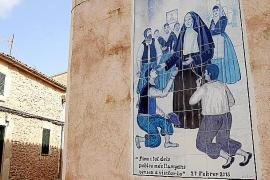 Im gesamten Ort erinnern an nahezu jedem Haus Fliesen und Steinbilder an der Wirken der Francinaina in Sencelles.