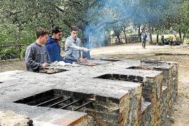 Fachsimpeln: Auch junge Leute kommen gern in Gruppen zum Grillen. Die Feuerstelle ist dabei oft in Männerhand