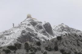 Die verschneite Spitze vom Puig Major im Tramuntana Gebirge im Westen von Mallorca. Die Schneegrenze liegt am Sonntag bei knapp
