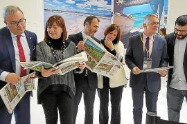 Ministerpräsidentin Armengol (2.v.l.) und Tourismusminister Barcelò (3.v.l.) lesen das ITB-Special der Ultima Hora.