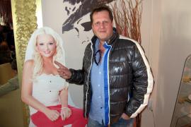 Auch Auswanderer Jens Büchner wollte sich unbedingt mit Daniela Katzenberger ablichten lassen ...