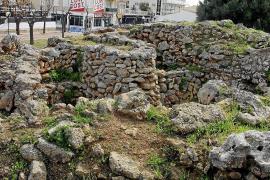 Archäologische Fundstätte zwischen Hotels