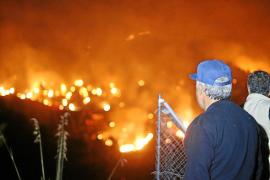 Der Waldbrand in der Cala Tuent im Westen von Mallorca ist am frühen Sonntagabend ausgebrochen.