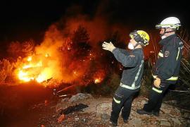 Feuerwehrleute hatten zunächst Schwierigkeiten, den Waldbrand in der Cala Tuent im Westen von Mallorca unter Kontrolle zu bringe