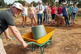 Mit dem Aufbau eines Sinnesparks in Sa Coma im Osten von Mallorca hat sich die Gruppe viel vorgenommen. Daniel Lubczyk (Vordergr