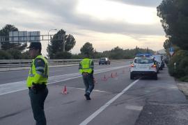 Die Guardia Civil regelte den Verkehr um die Unfallstelle auf der Autobahn von Andratx im Südwesten von Mallorca.