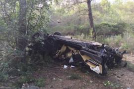 Das Unfallauto auf der Autobahn von Andratx im Südwesten von Mallorca.