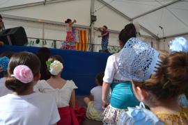 Kinder tanzen Sevillanas in Cala Rajada
