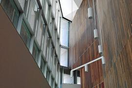 Niedrige Passagen lösen sich mit hohen und lichtdurchfluteten Foyers ab