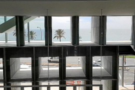 Die wabenartige Fassade auf der Südseite soll direkte Sonneneinstrahlung und damit das Aufheizen des Gebäudes verhindern.