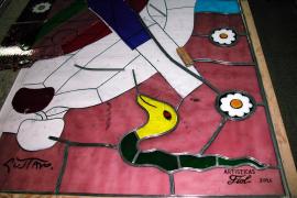 Detail des Kirchenfensters mit Adam und Eva im Garten Eden.