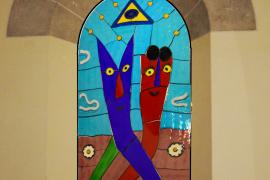 Farbenfrohe Kirchenfenster für Cala Rajada