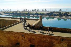 """Für einen Spot der Rum-Marke """"Captain Morgan"""" galoppierten Reiter auf den Mauern unterhalb der Kathedrale."""