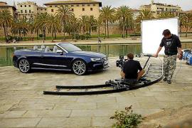 Auch ein schöner Hintergrund für Auto-Werbung: der Parc de la Mar unterhalb der Kathedrale von Palma.