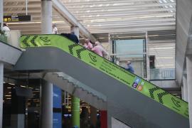 An den Rolltreppen weisen neue grüne Tafeln den Weg zum Abflugbereich.