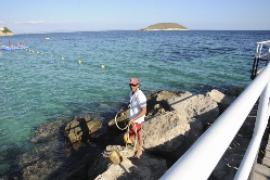 Schwimmerin bleibt in Angelhaken-Netz hängen